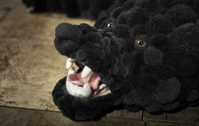 Медвежья шкура - ковёр из помпонов.