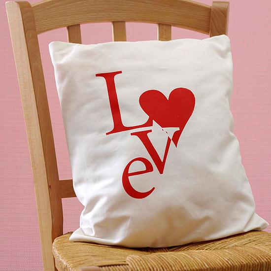 подушка с сердцем и любовью - подарок своими руками в день святого Валентина